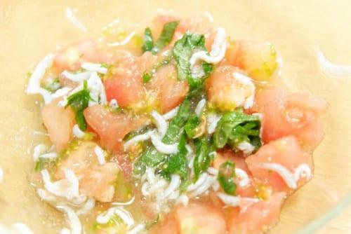 くりぬいたトマトの中身にしらす・大葉を加え、混ぜる