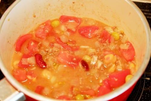 トマト・ミックスビーンズ(そのまま使えるタイプ)を入れ、さらに水とチリパウダーを加え煮詰める