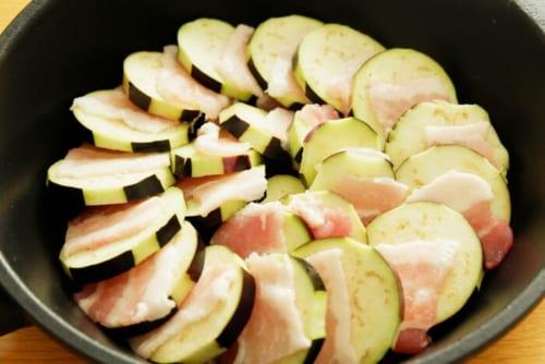 フライパンに茄子と豚肉を交互に並べる