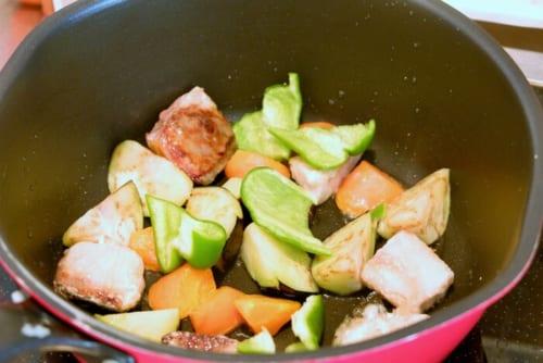 野菜を揚げ焼きにする