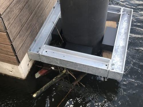 ハウスボートは、家の数か所をこのように杭に固定して漂流を防いでいる