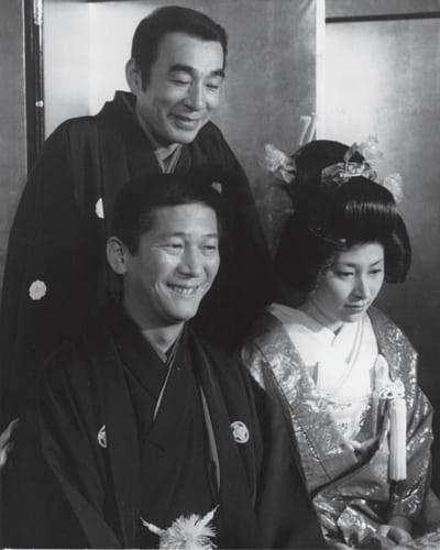 昭和51年、小松さんと美貌の朋子さんの結婚式。仲人は師匠の植木等。朋子さんは服飾デザインを学び、ハワイから帰国したばかり。小松さんの「ひと目惚れ」だった。