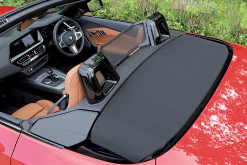 座席のヘッドレスト真後ろに転倒時などに搭乗者を守るロールバーを備える。電動開閉式の幌は折りたたまれて黒い部分に自動格納される。