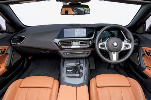 アルミ材を効果的に使い、上質で洗練された雰囲気を醸す運転席回り。中央の計器盤は運転者が操作しやすいよう運転席側に向けられている。