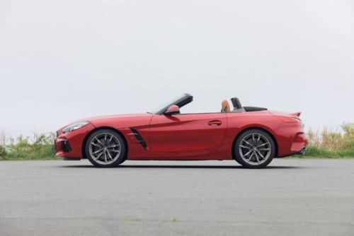 全長は4335mmだがホイールベースは2470mmと短く、軽自動車のスズキ・アルトよりわずかに10mm長いだけ。座席が前輪と後輪の中間よりもやや後輪寄りに備わるのはスポーツカーの基本形。