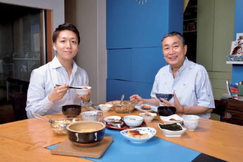 朝食は午前8時頃。普段は恵子夫人、息子ふたりの家族4人揃って食卓に着くが、今朝は長男の米吉さんとふたりで。昼は蕎麦などの麺類、夜は夫人の家庭料理が決まり。