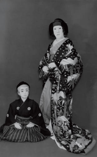 昭和33年、『伽羅先萩』で祖父の三世時蔵の政岡と、その子千松で共演。歌六さん8歳の頃。祖父は初孫の進一少年を可愛がり、孫と共演したいがために、子役が出る演目を選んだという。