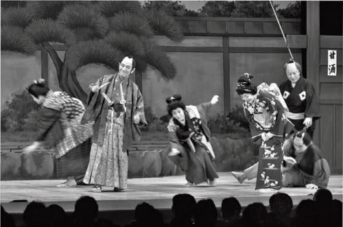 「熊谷真実一座旗揚げ公演」より、笑いあり、涙ありの時代劇『おくまと鉄之助』の一場面。小松さんは、ふだんは尾羽打ち枯らした情けない浪人だが、実は腕も立つ殿様という役だ。