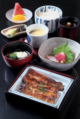 昼食に供される「うなぎ華御膳」。鰻蒲焼きはパリッと香ばしい関東風。浜名湖産生海苔の蕎麦、お造り、茶碗蒸し、お新香、ご飯に季節の果物が付く。