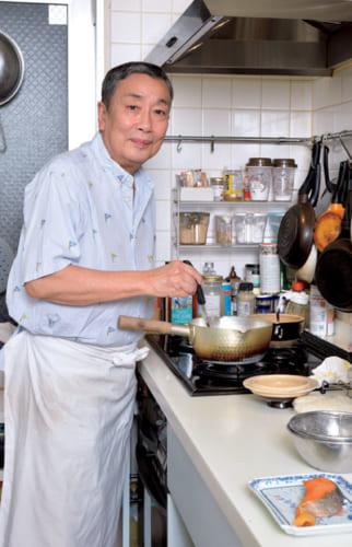"""「料理を習ったことはなく、見様見真似で覚えました。昨夜の刺身が""""づけ""""となって朝食にのぼることもあります」と歌六さん。"""