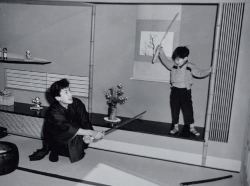 祖父の自宅で、叔父の俳優・萬屋錦之介とチャンバラごっこをする。「銀幕では絶対に切られない叔父が切られてくれるのが面白く、よく遊んでもらいました」と歌六さん。