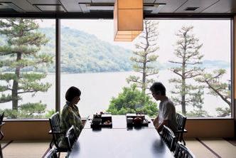 窓辺からの景観が絵画のような割烹『汽水亭』が昼食の場となる。