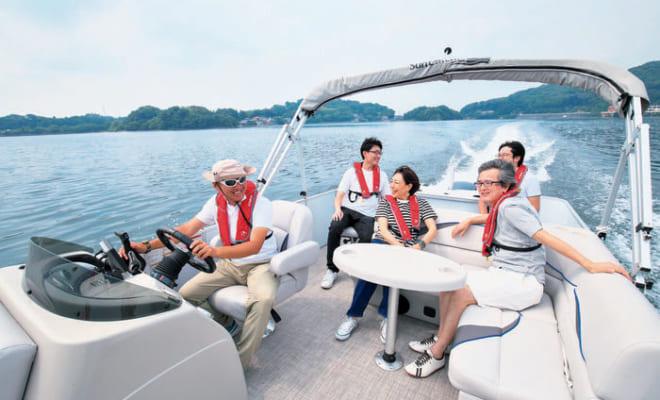 ゆったりした船上にラウンジのようなソファが設えてあり、最大8人が乗れる。風を感じながら航走する爽快感を分かち合える。