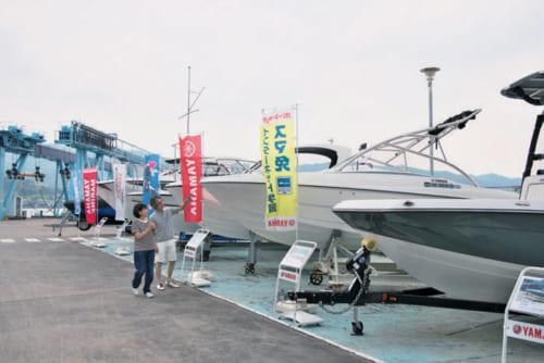 マリーナには中古艇も展示。船の魅力を知って「案外、手が届きそう」「その前に免許ね」と会話が弾む。