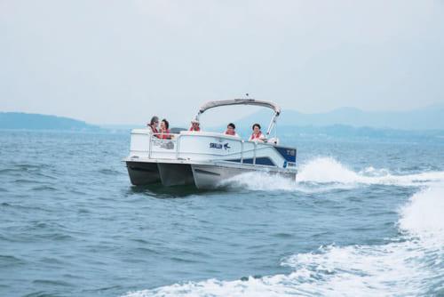 「G3ポンツーンボート」で湖上を巡る。3つの船体にデッキをのせた三胴船。安定性がよく、揺れも少ない。