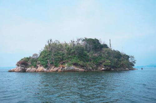 巨人伝説「ダイダラボッチ」ゆかりの島。弁当の中から放り出した小石でできたのが、この礫島だという。