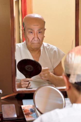 歌舞伎座の楽屋で『梶原平三誉石切』の六郎太夫の顔を拵こしらえる歌六さん。「映像と違って歌舞伎では細かいところより遠目に映える化粧をします」と、みるみる老け顔に変わる。