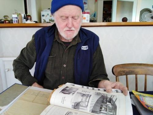 彼は長年利用している車体の構造図の冊子や、部品の取り扱い業者のカタログを見せてくれながら話した