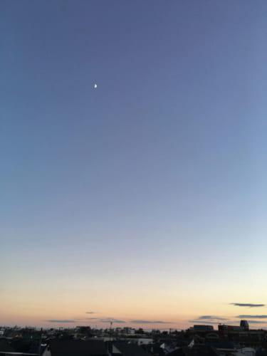 スマホでも夕暮れの月がこれほど綺麗に撮れる。(本書65pより)