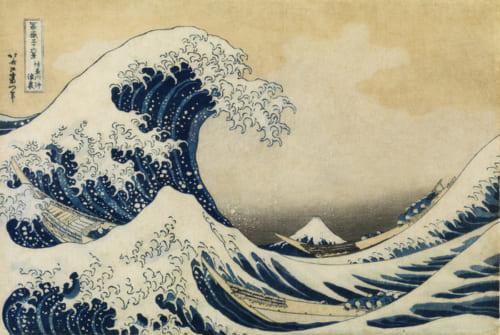 葛飾北斎『冨嶽三十六景 神奈川沖浪裏』すみだ北斎美術館蔵。波を追っていく目線の先に富士山が配されており、視線を誘導していく作品。自然の雄大さと舟にしがみつく人間の対比、動的な波と静的な富士山の対比が特徴的。ローアングルで、水平線に近い位置に視座がある構図には、西洋画から学んだ「遠近法」の影響もうかがえる。東京湾の中をゆく舟は、こぎ手が多い当時の快速船。むしろの下に鮮魚などを載せて江戸に運んでいる途中なのか……。