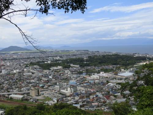 佐和山城本丸跡から琵琶湖を望む。写真中央部には彦根城の城郭が広がっている