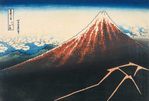 『冨嶽三十六景 山下白雨』茂木本家美術館蔵。富士山の大きさ、スケール感がきわだつ斬新かつシンプルな構図。画面左上、晩夏から初秋にかけての空にうかぶ鰯雲と、右下に光る稲光の対比が印象的。このように迫力あふれる富士を描くことができた北斎は、富士山のかなり近くまで訪れた経験があったのではないか。「茂木本家美術館の北斎名品展」にて、10月8日~11月4日の期間に展示される。