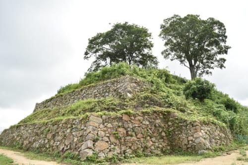 堀尾吉晴によって総石垣造りで御殿も備えた近世城郭に改修された月山富田城。慶長16年(1611)に廃城