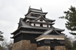 松江城天守には、前身である月山富田城から運ばれてきた材木が一部に利用されている