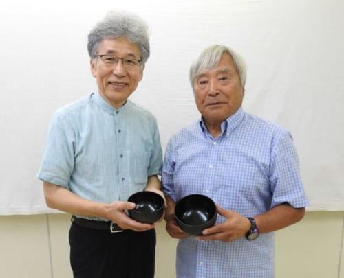 漆芸家・室瀬和美さん(左)と三浦雄一郎さん(右)。2013年5月に80歳でエベレスト登頂を成功させた三浦雄一郎さん。岩場などでも安定し、悴かじかんだ手でも持ちやすく、砂利の入った雪解け水で洗っても平気なお椀が欲しいという三浦さんの要望をもとに作椀した。