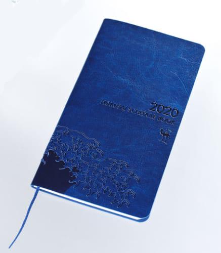 """『サライ』11月号の特別付録「サライ特製 北斎スケジュール手帳」。表紙には来春から日本のパスポートにも採用される北斎の""""波""""を刻印した。"""