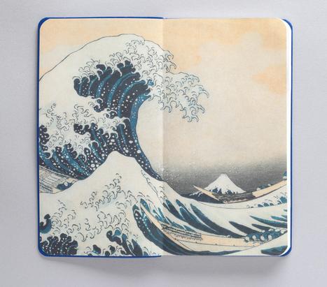 表紙・裏表紙を開くと、北斎の名作『神奈川沖浪裏』と『凱風快晴』が現れる(いずれもすみだ北斎美術館蔵/部分)。