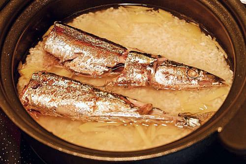 さんまをのせ炊飯器または土鍋で通常通り炊飯