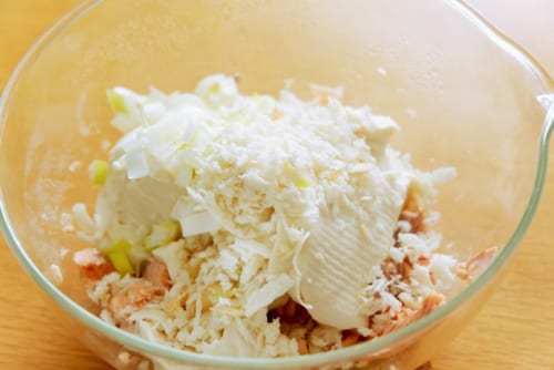 ボウルにあら熱の取れた2、豆腐、生姜すりおろし、パン粉、片栗粉を入れ、手で豆腐を崩しながら混ぜる