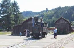 乗客が気軽に整備士に声を掛けたり、運転席に載せてもらったりと、オーストリアののどかな田舎らしい、穏やかな空気が流れます
