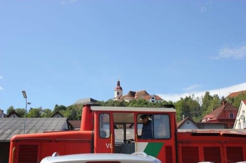 方向転換するディーゼル機関車と、ビルクフェルトの教会