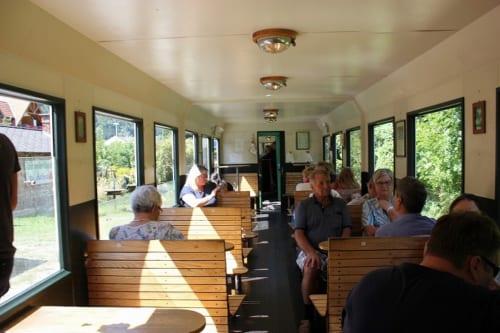 客車の座席はノスタルジックな木製