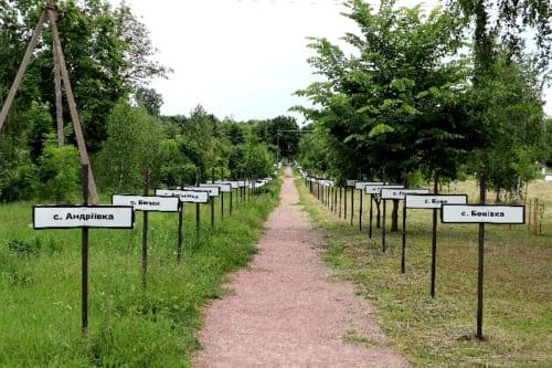 避難した村の名が記された立札