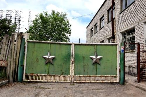 旧ソ連の施設を物語るゲート