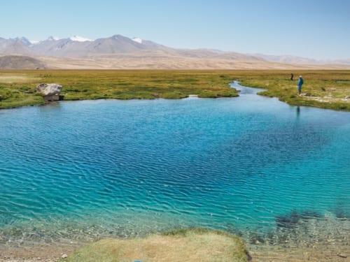 いターコイズブルーの水をたたえるアクバリクの泉(ホワイトフィッシュスプリング)