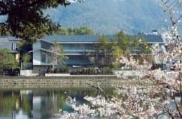 大堰川対岸の桜越しに望む福田美術館