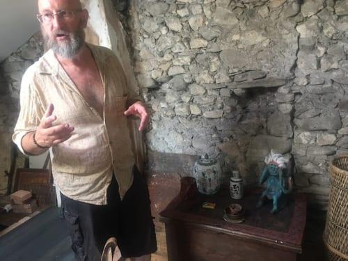 「本物の縄文土偶は素焼き(釉薬をかけず、低い温度で焼き固める)だったのに対して、僕は海藻を使った釉薬をよく使っているよ」土偶制作について熱く語るブリュノー氏。