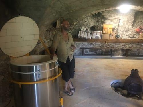 地下の倉庫を、土偶作りのためのアトリエに改装中。ろくろと窯もある。