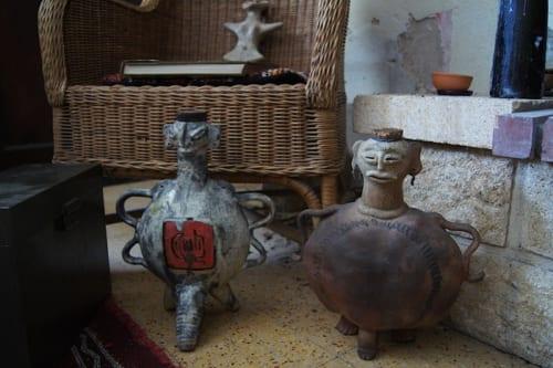 酒器として日常使いしているこれらの陶器も、マヤ文明や中国の青銅器文化など、複数の文化からインスピレーションを得て作られたもの。