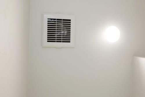 排気口はひとつの部屋ごとに設置され、消臭対策を徹底
