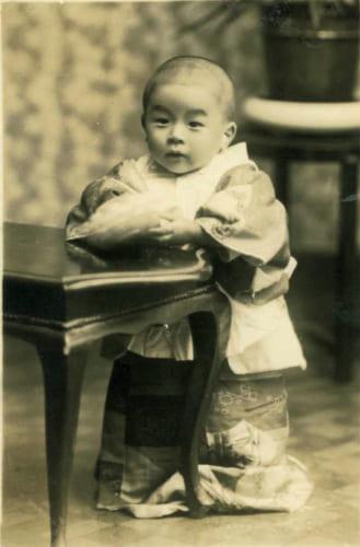 赤ん坊の頃の浜村さん。幼少期からラジオや読書に親しみ、映画や芝居にもよく連れていってもらったという。芸能界入りの下地は、早くから醸成されていったのだろう。