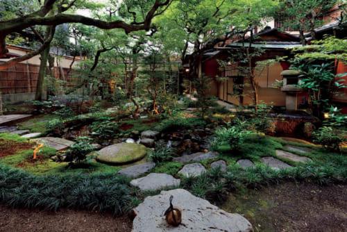 よく手入れされた中庭は本館の中央に位置。この庭を正面にする「103 デラックス ガーデンビュー」という客室もある。