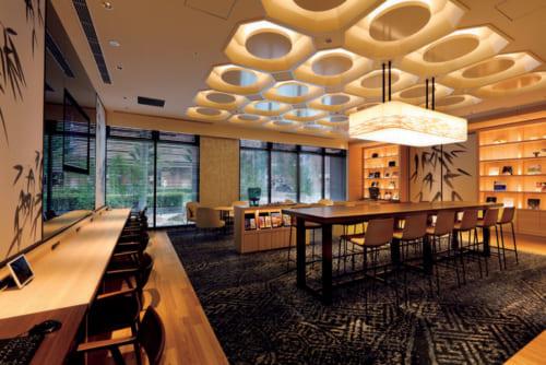 宿泊者専用ラウンジ。自由に閲覧できる京都関連の書籍や雑誌、新聞を置き、コーヒーや紅茶などを無料で楽しめる。