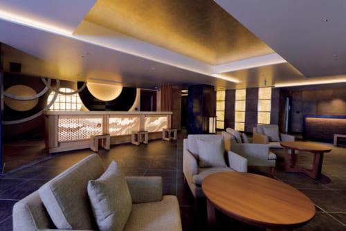 随所に円相をあしらい、組子細工が美しく光るフロントロビー。階下の食事処は朝食後は宿泊客用のラウンジになる。