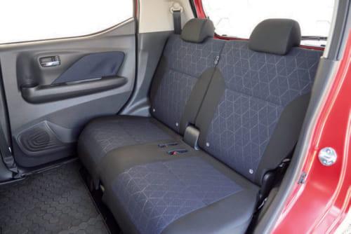 後席は足元、頭上とも余裕がある。座席は左右別々に前後に動かすことや、倒すこともできる。着座位置はやや高めなので、前方の視界もよい。