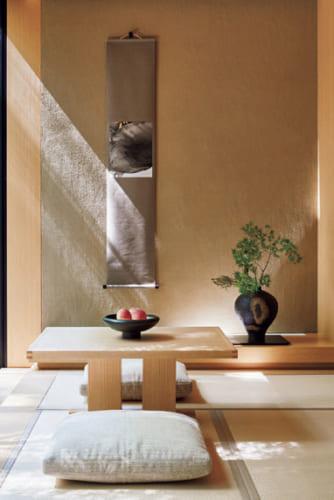 客室はまるで日本旅館のような落ち着いた佇まい。床の間の現代アートが調和し、随所に繊細な日本の美への敬意を窺い知ることができる。